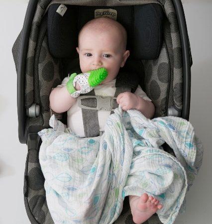 Bébé-dans-cosy-avec-mitaine-de-dentition