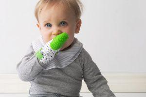 Bébé Gris Avec Mitaine De Dentition Verte