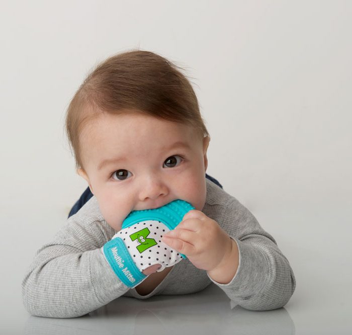 Bébé-avec-mitaine-de-dentition-turquoise