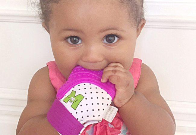 Petite-fille-avec-mitaine-de-dentition-mauve