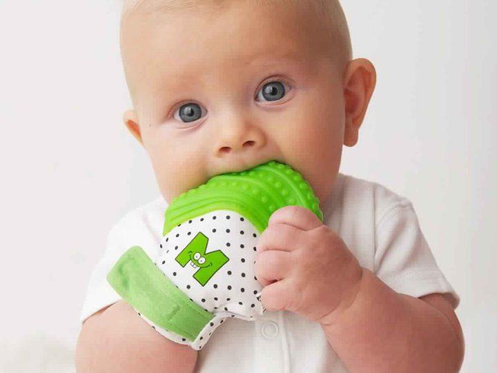 Bebe-mordillant-sa-mitaine-de-dentition-categorie