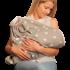 Couverture-emmaillotage-grise-snugglebundl-avec-maman