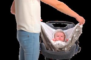 Couverture-emmaillotage-grise-snugglebundl-dans-siège-auto-avec-maman