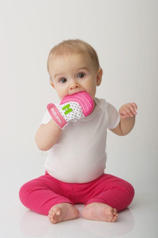 Bébé-avec-mitaine-de-dentition-rose-web