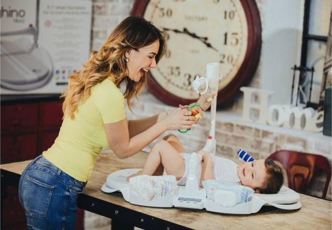 Bébé-sur-table-à-langer-dieghino