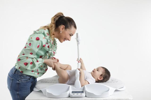 Table-a-langer-dieghino-bébé-sécurisé-avec-maman