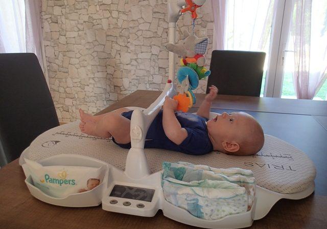 Bébé Avec Jouet Sur Table à Langer Dieghino