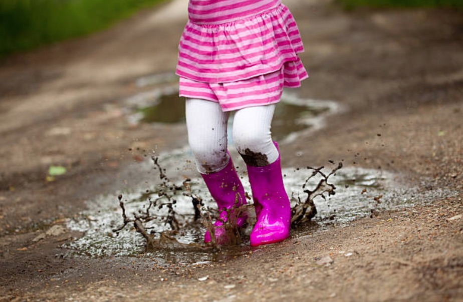 enfant fille saleté salir bêtise flaque pluie jouer