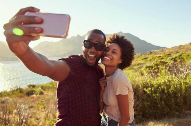 couple vacances selfie