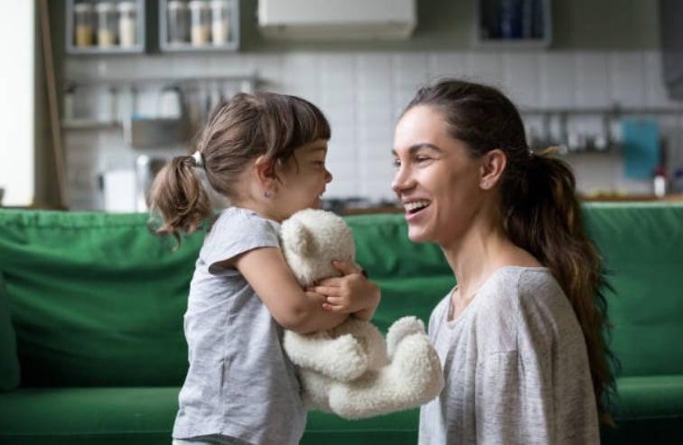 enfants enfants discuter parler parents maman mere fille famille complicite jeux