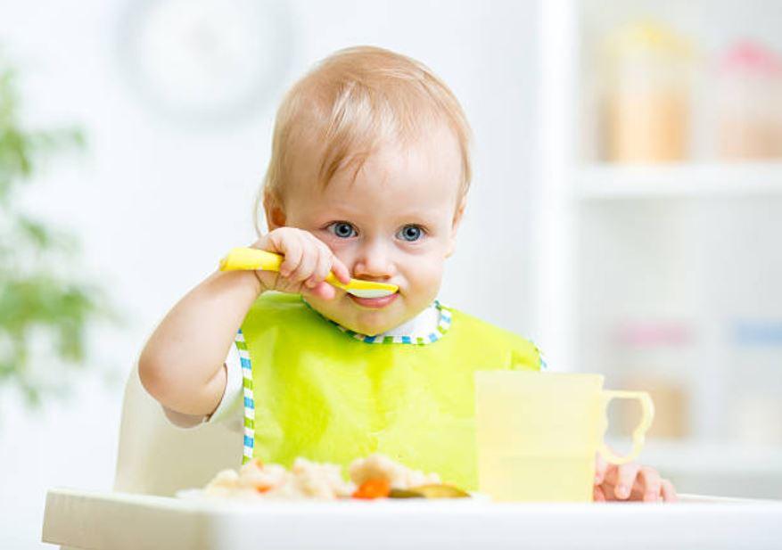 bébé manger nourrir nourriture diversification alimentaire