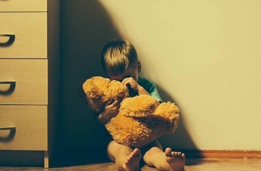 enfant peur triste garçon doudou nounours angoisse anxiété