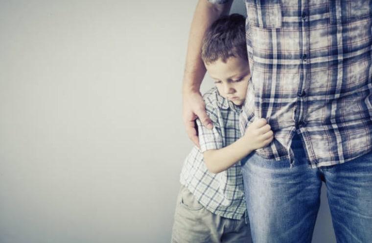 enfant timide reserve garçon peur harcelement parents peur sensible