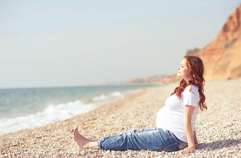 soleil plage été femme enceinte grossesse vacances