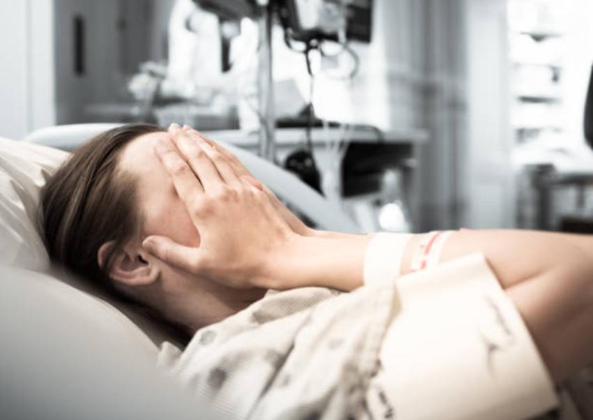 femme hôpital accouchement malade souffrance peur douleurs