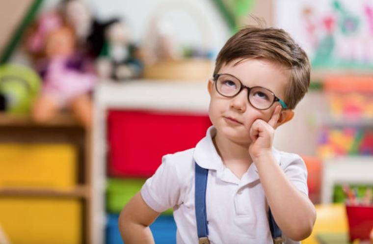 enfant garçon concentré réfléchir école