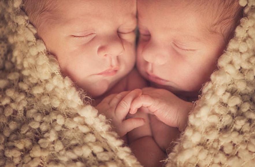 jumeaux bébés nourrisson nouveaux-nés