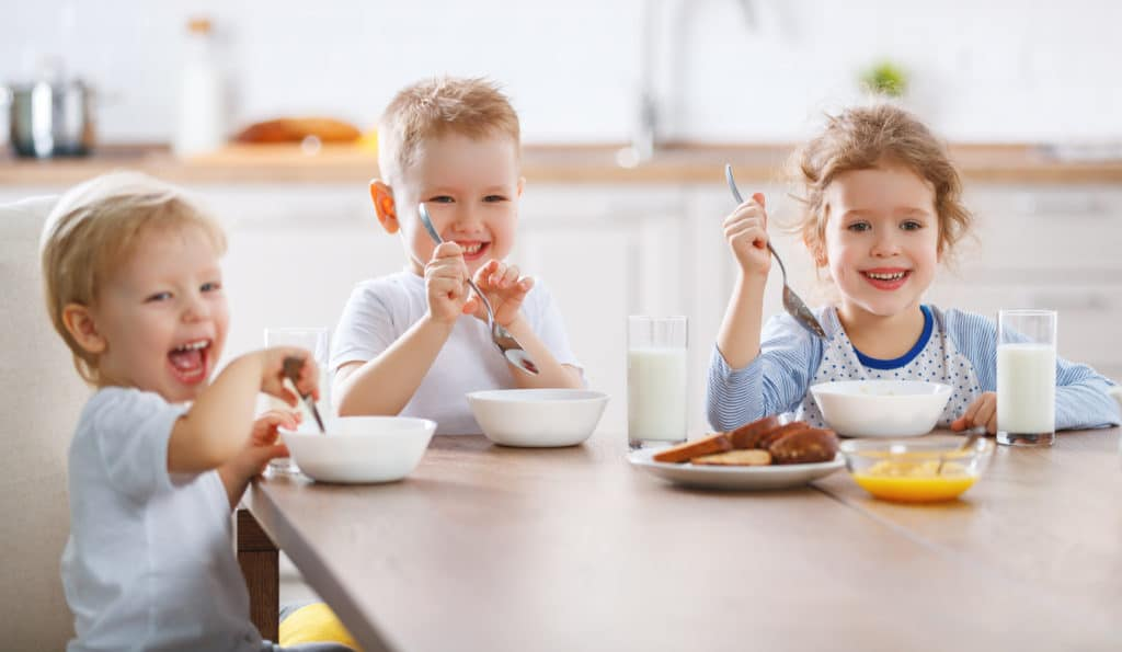 enfants petit-déjeuner céréales matin manger famille repas week-end fratrie